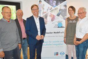 Marc Henrichmann (Mitte) informierte sich bei Ulrich Kraft, Hermann Roters, Marion Otte und Heiner Hülsken (v.l.) über die vielfältige Arbeit des Havixbecker Modells im ganzen Kreis Coesfeld.